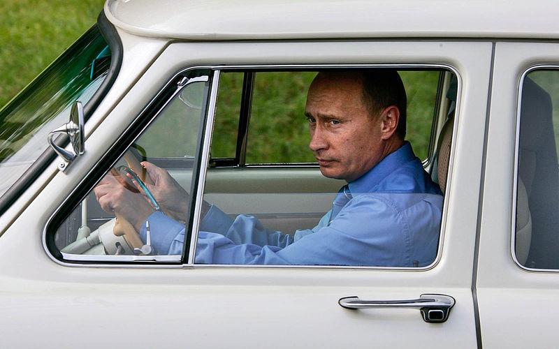 В.В. Путин за рулем одной из своих 21-х «Волг»