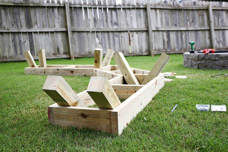 Угловая скамья на даче своими руками