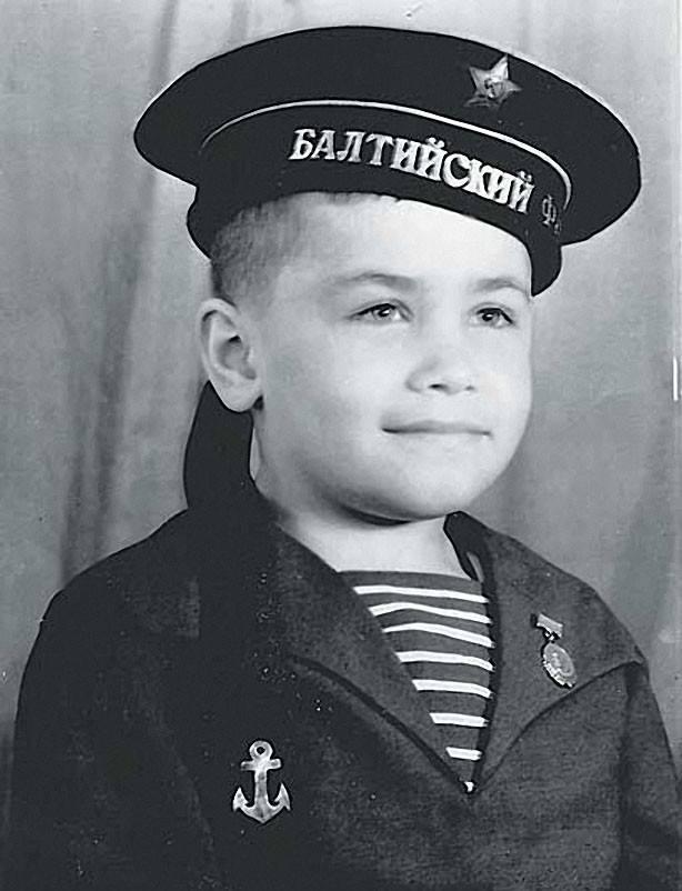 Угадайте, кто этот милый мальчик в бескозырке?