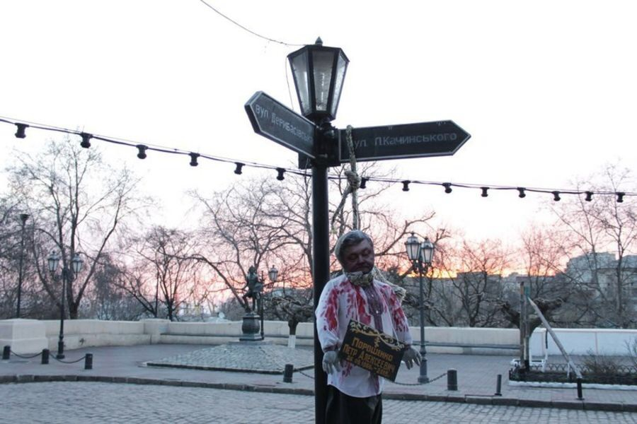Одесситы пошутили и повесили Порошенко на уличном указателе