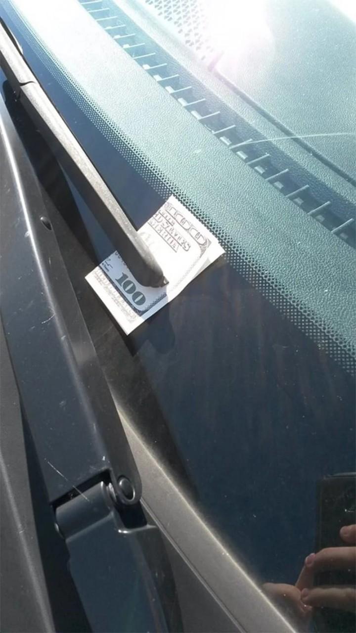 Если вы вдруг увидели на лобовом стекле своей машины ЭТО, немедленно садитесь и уезжайте!