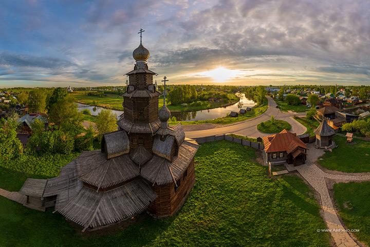 Церковь в суздальском Музее деревянного творчества