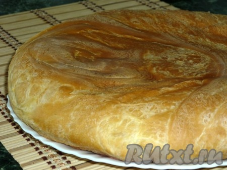 Поставить хачапури с сыром сулугуни в разогретую до 200 градусов духовку и выпекать до золотистого цвета.