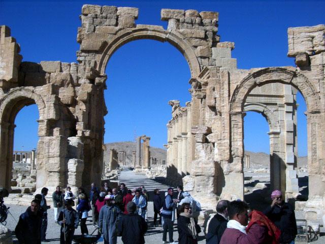 Боевики ИГ взорвали Триумфальную арку в Пальмире - главную достопримечательность Пальмиры
