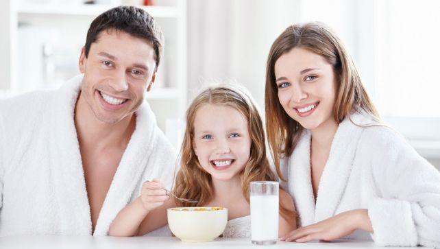 Ребенок с родителями за столом