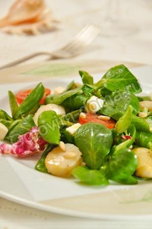 Салат с морскими гребешками и помидорами и колбасой рецепт с