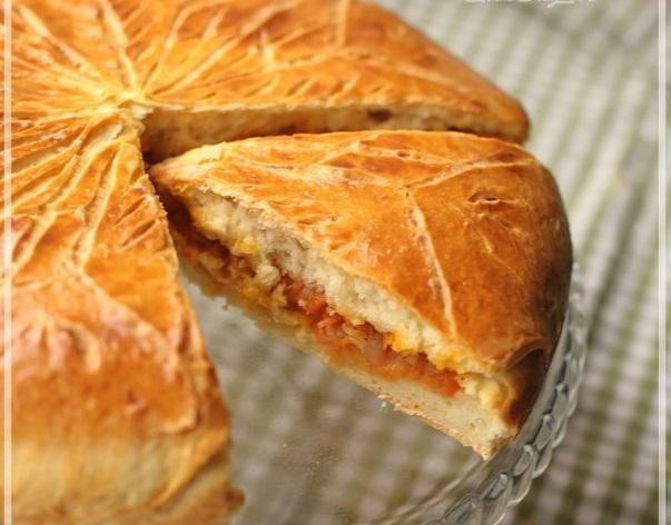 Пирог с тушенной капустой — легко готовить и очень вкусно.