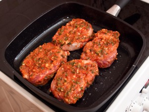 Свинина в томатном соусе, жаренная на гриле