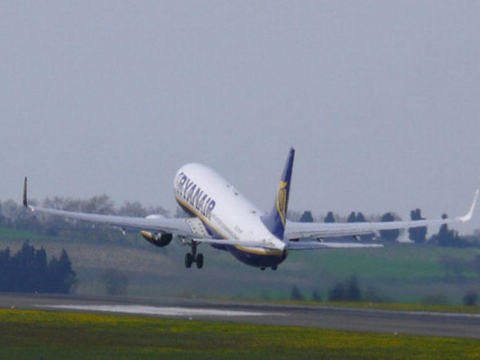 Во время взлета самолета фигура в капюшоне и с косой, которая махала рукой была пугающей…