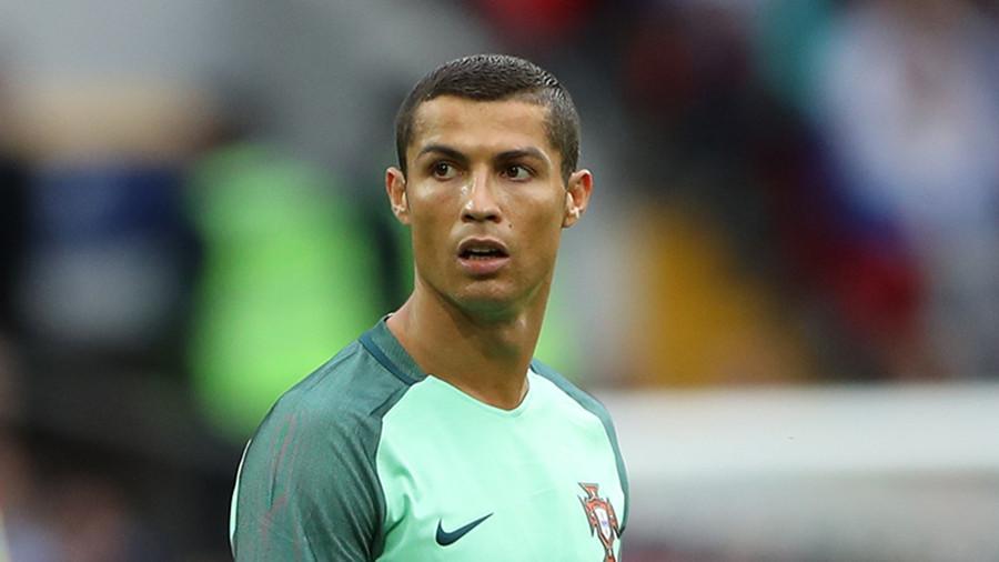 """Роналду толкнул арбитра, удалившего его с поля в матче с """"Барселоной"""""""