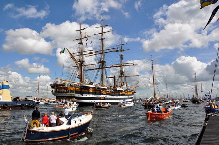 Тысячи кораблей в Амстердаме.