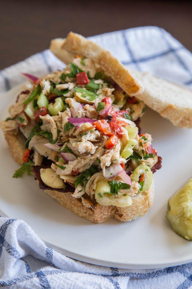 Итальянский куриный салат на хлебе