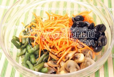 В миске смешать фасоль, грибы, заранее приготовленную морковь по-корейски, и оливки порезанные половинками. Посолить. Хорошо перемешать и дать настояться 20-30 минут