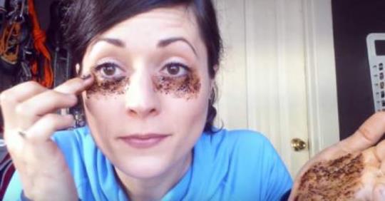 Картинки по запроÑу Она наноÑит кофе на кожу под глазами, результат невероÑтный