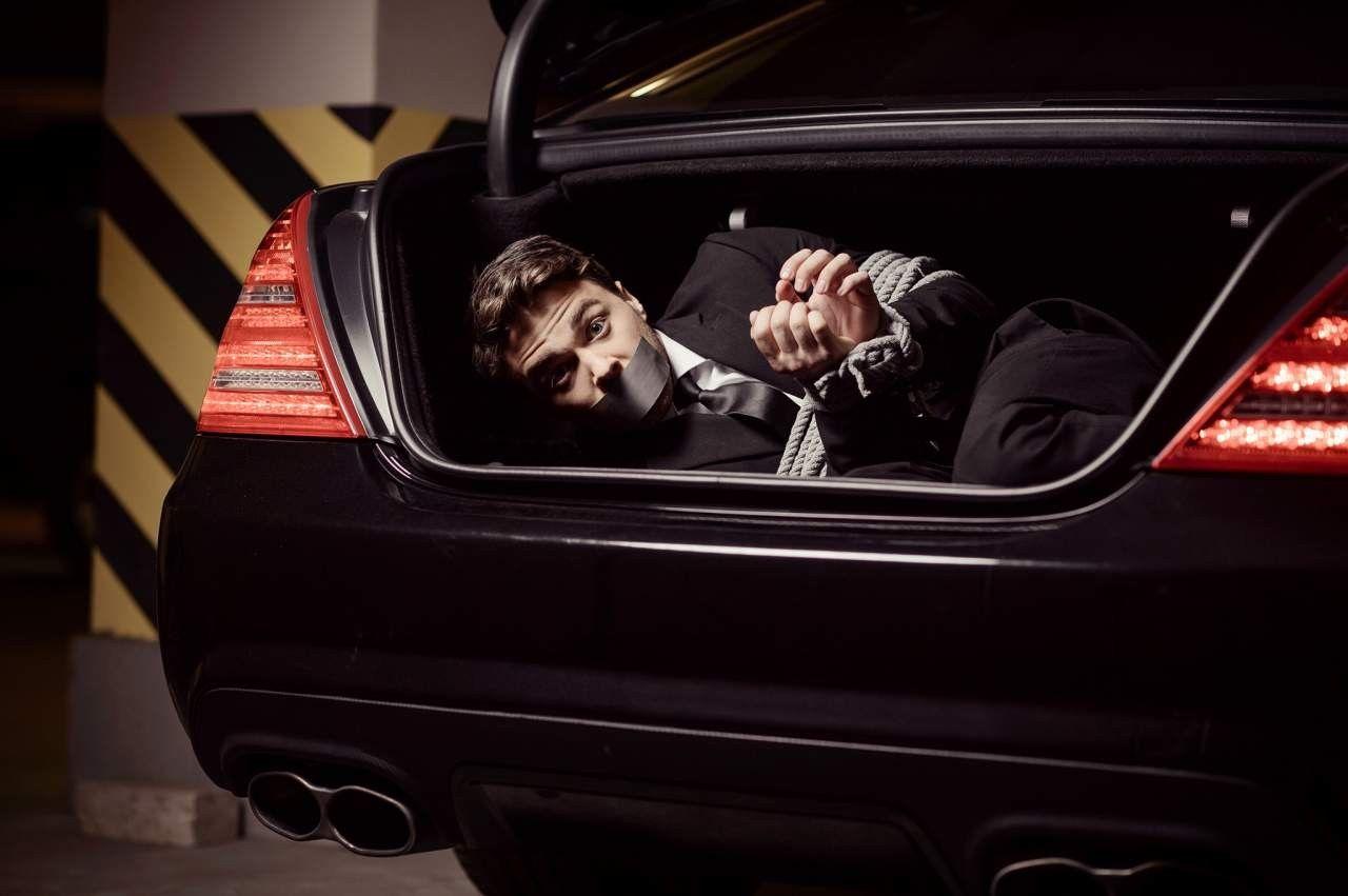 Что делать, если вас заперли в багажнике