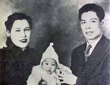 Bruce_Lee_with_his_parents_1940s.jpg