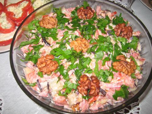 Вкуснейший салат из баклажанов с грецкими орехами и помидорами