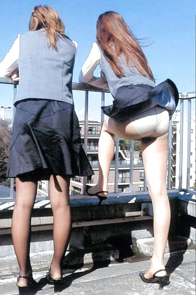 Задирай юбку а не то выпорю попали
