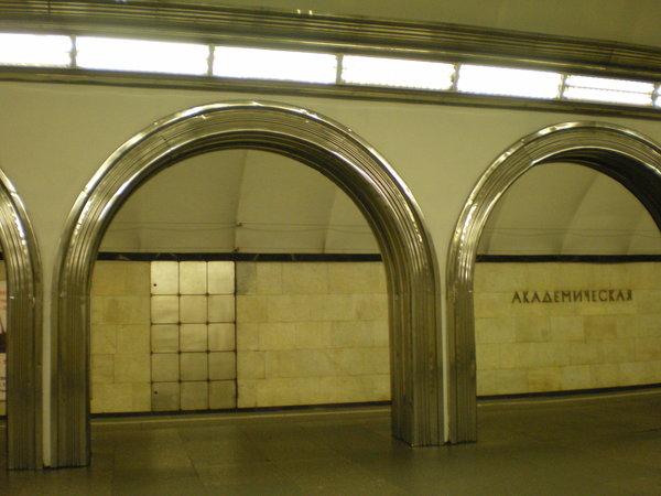 Что там? Зачем в метро эти нелепые двери