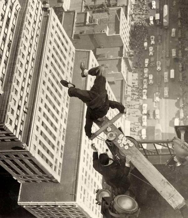 Строитель Harold Lloyd делает стойку на руках на краю небоскреба. 1930 год. дух, страшно, фотографии