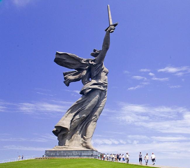 """Скульптура """"Родина-мать"""" в Волгограде - вид сбоку"""