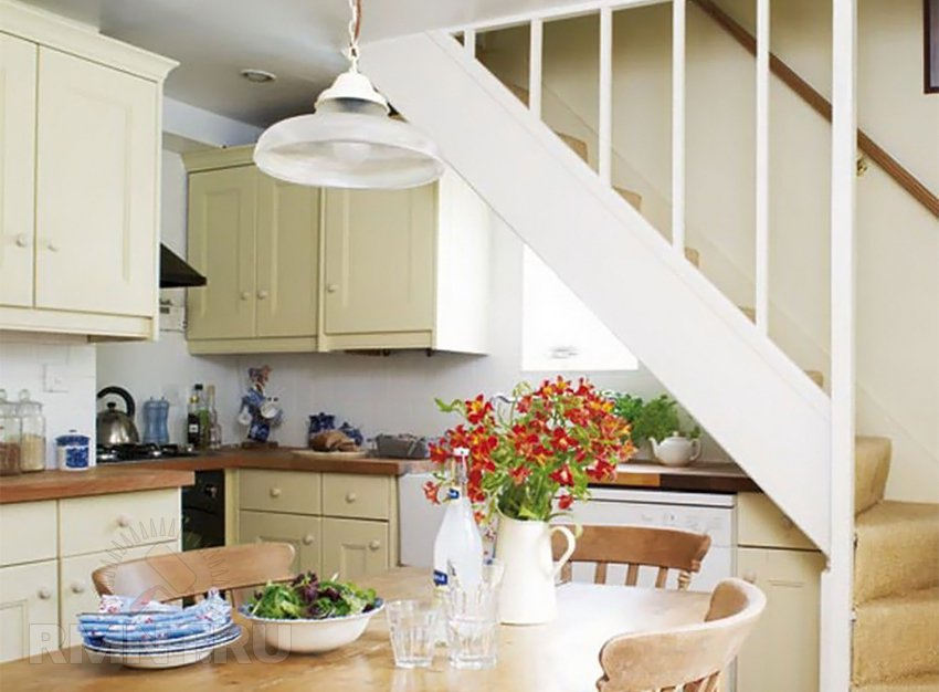 Дизайн кухня из кухни лестница