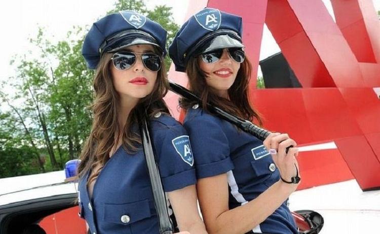 Фото девушек-полицейских в Казани бурно обсуждают в сети