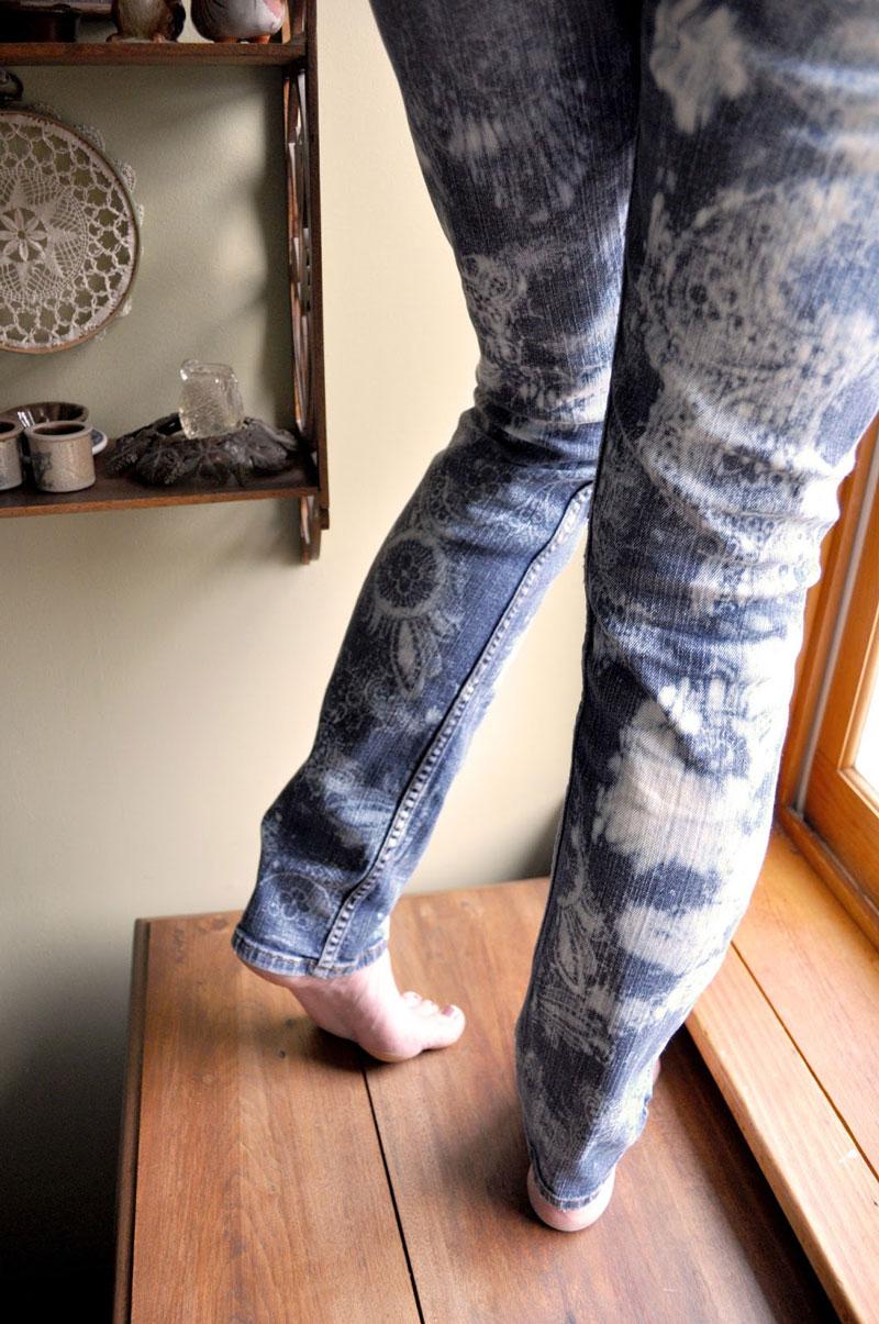 Как украсить старые джинсы с помощью кружева