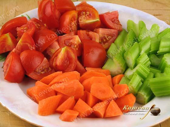 Морковь, помидоры и черешковый сельдерей для рагу