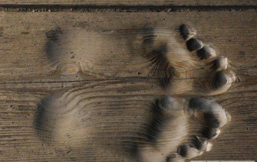 «Как-то три последователя пришли к чаньскому наставнику Удэ и спросили, что нужно делать им, чтобы испытывать радость? Наставник Удэ прежде всего спросил их, от чего они могут испытывать радость. Первый последователь сказал: наличие денег принесет ему радость; второй сказал: от обретения настоящей любви он будет испытывать радость; третий сообщил: слава и признание принесут ему радость.  Наставник Удэ покачал головой и грустно произнес: — При таких взглядах на жизнь, вы вряд ли когда-нибудь вообще познаете радость. По сути, когда вы добьетесь богатства, любви и славы, вы обретете лишь волнения и переживания и окажетесь еще в большем тупике, чем сейчас. — Так есть ли какой-нибудь способ? — в недоумении спросили все три последователя.  — Способ, конечно же есть, — ответил Удэ. — Но сначала вы должны изменить свои представления. Когда ты достаешь деньги из кармана, чтобы дать их другому, — это радость. Когда ты жертвуешь кому-нибудь свою любовь — это радость. Когда благодаря своей славе ты можешь служить людям — то ты познаешь радость.»