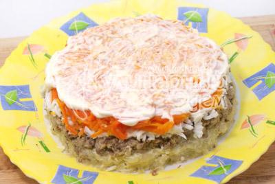 Четвертый слой тертая морковь и майонез