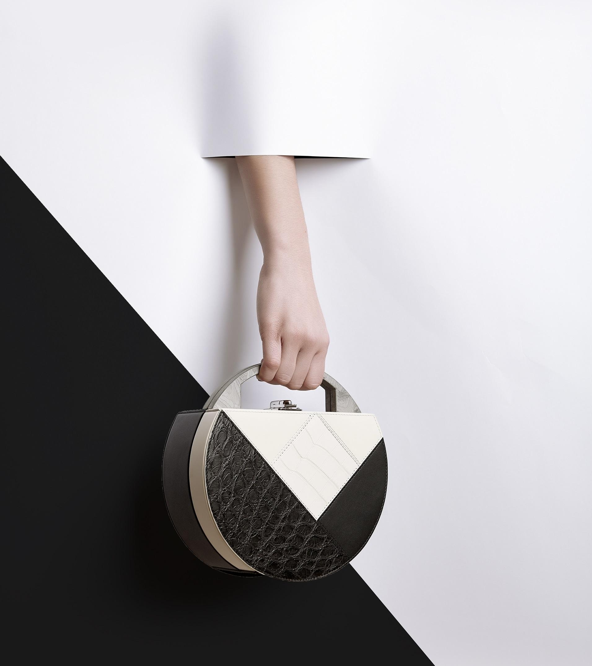 Инфографика: что носит в своей сумочке английская королева