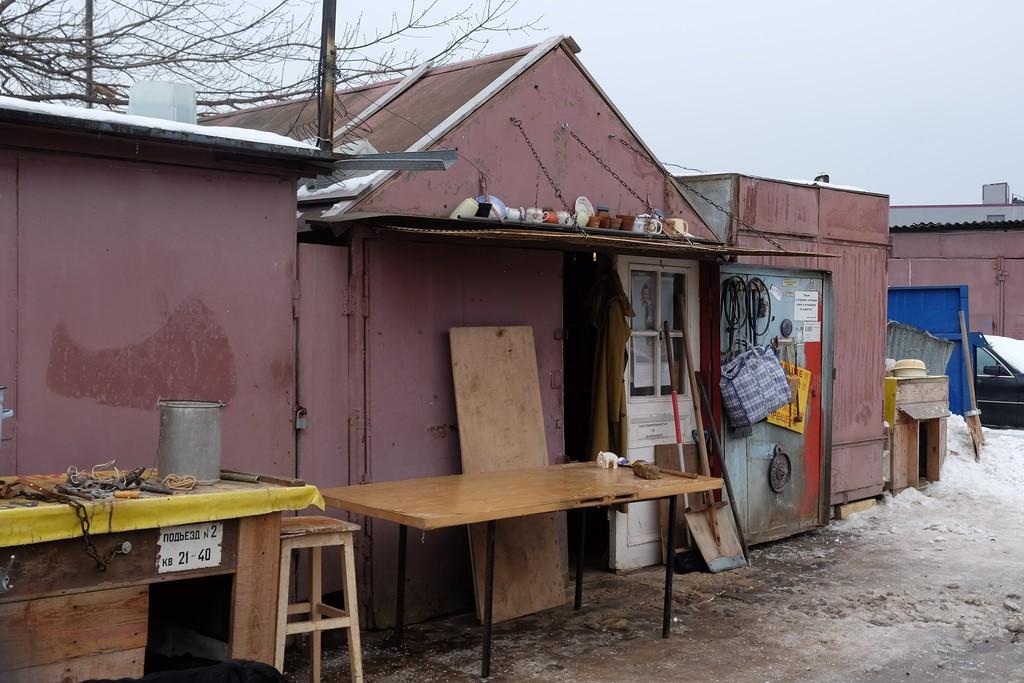 1. На юго-востоке Москвы, в глухом гаражном кооперативе, находится дом с чудесами. вещи, старик, старые