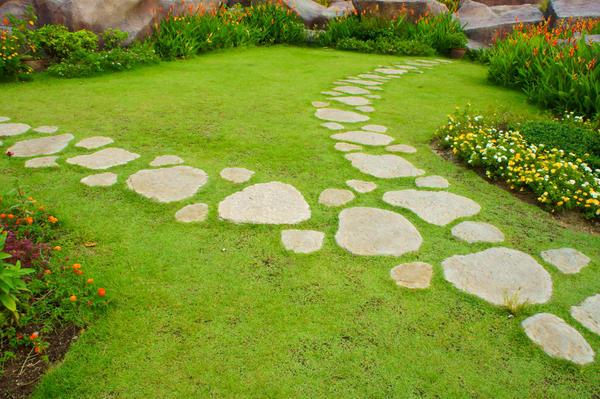 Трава отлично сочетается с другими материалами.
