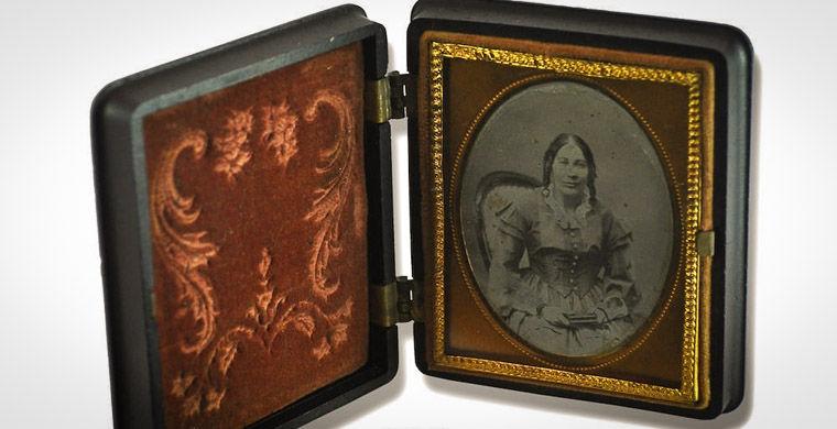 Художница сделала свои портреты в образах 17 разных эпох