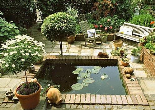 Красивый двор на даче, оформленный в средиземноморском стиле