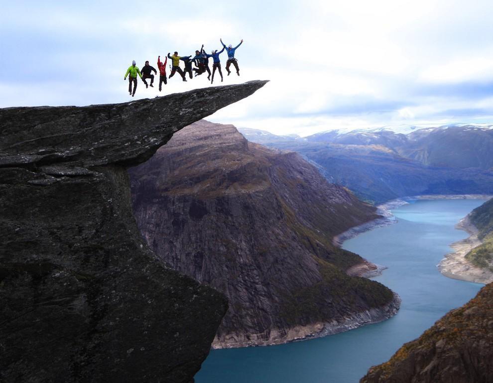 Групповой прыжок на Языке Тролля в Норвегии. дух, страшно, фотографии