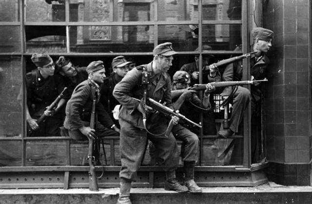 Бойцы 36-ой гренадерской дивизия СС во время подавления Варшавского восстания 1944 года. Фото: Федеральный архив Германии