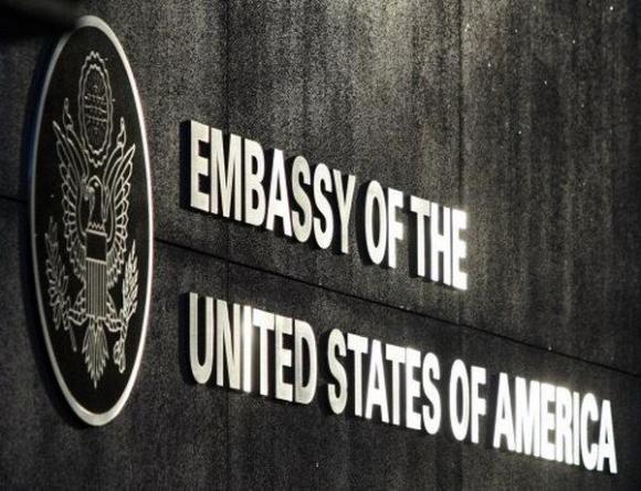Тысячи киевлян забросали навозом посольство США