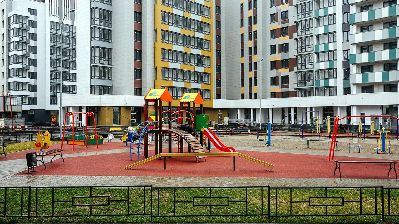 Новосибирские спасатели вызволили двух застрявших в качелях девочек