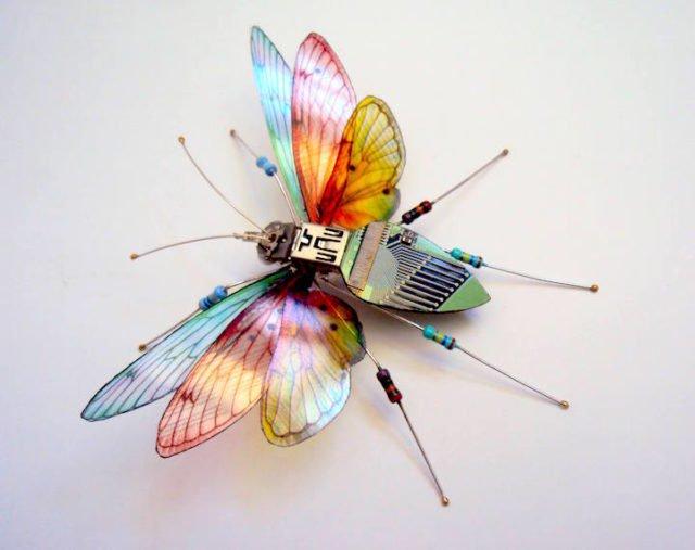 Я - художник, и делаю ″насекомых″ из сломанной электроники. Как вам?