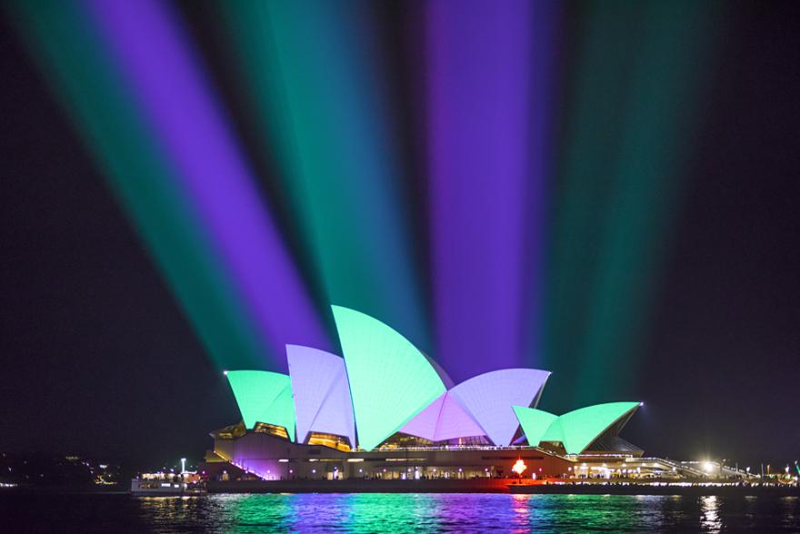Сиднейский оперный театр в свете свет, сидней, фестиваль