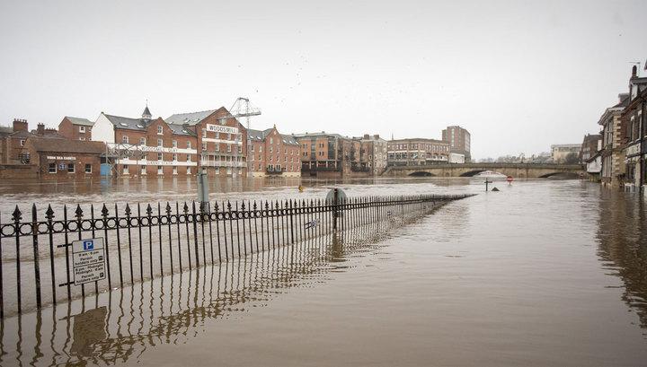 Наводнения в Британии остави…