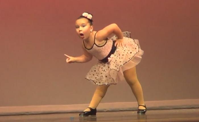 Артистичный супер-танец от очень эмоциональной девчушки.
