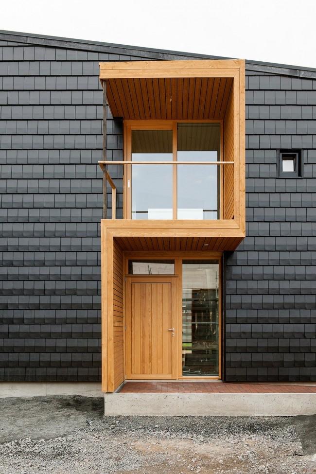 Козырьки над входной дверью должны сочетать стиль и функциональность