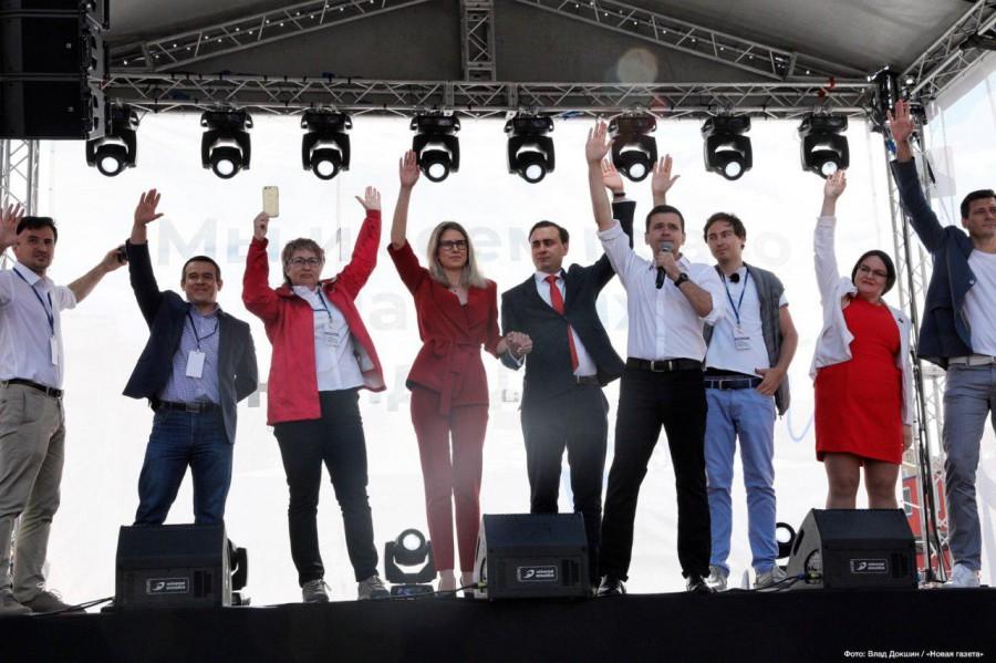Навальнята развернули флаг, …