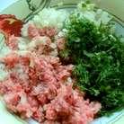 К фаршу добавить мелко порезанный лук, зелень, кориандр, посолить и поперчить по вкусу.