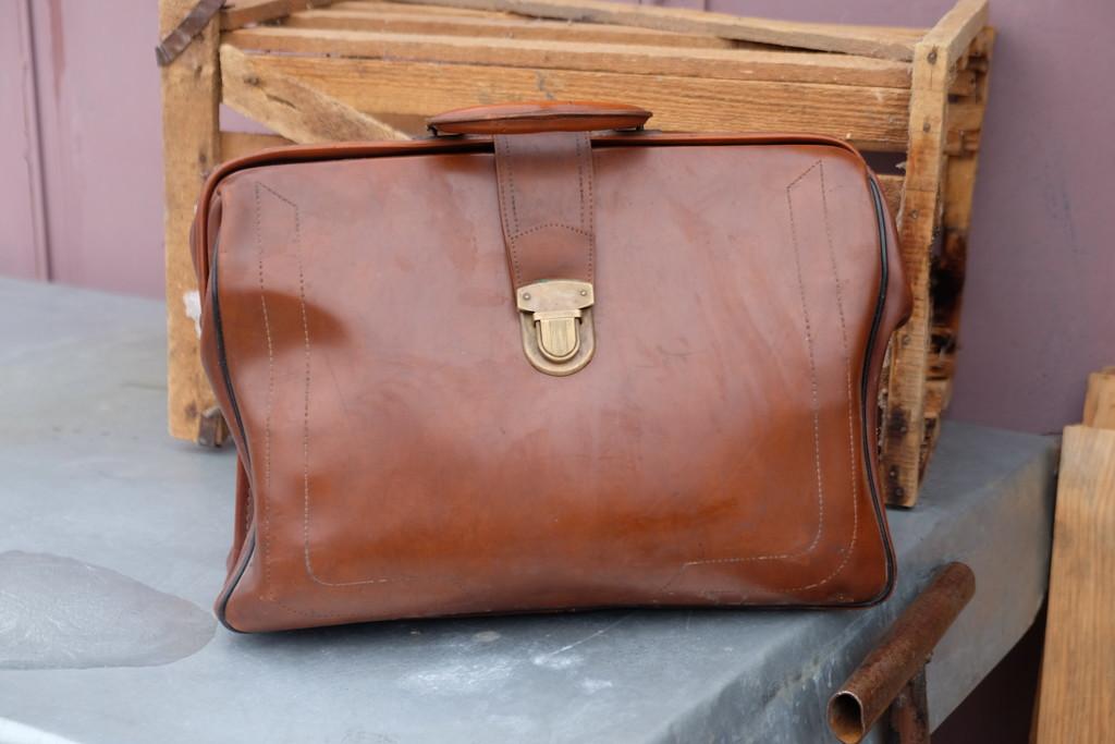 13. А этот чемоданчик теперь находится у меня.) вещи, старик, старые