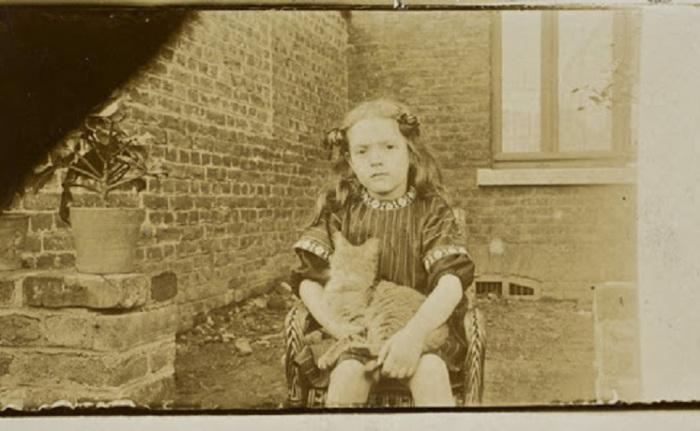 Девочка с любимой кошкой.