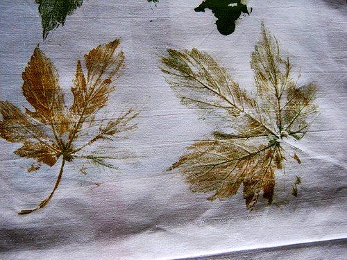готовые оттиски листьев на ткани